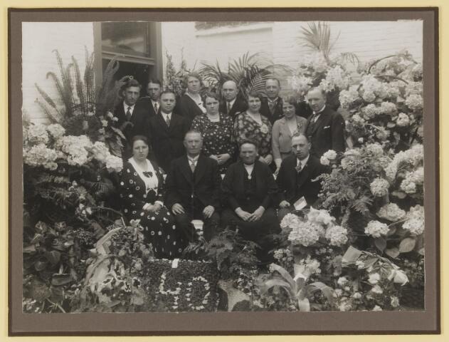 """077148 - Jubilea. Familie A. Roosen de Backer uiit Oisterwijk bij gelegenheid van het 40-jarig bestaan in 1933 van schoenfabriek """"Arbo"""" te Oisterwijk."""