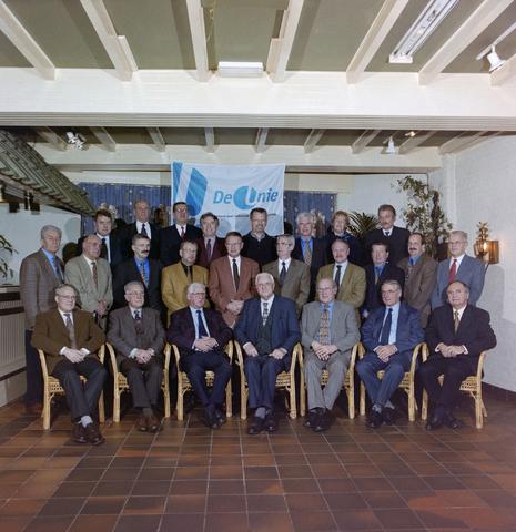 1237_001_064_002 - Groepsfoto van leden / bestuur van de Unie BLHP, Unie van Beambten, Leidinggevend en Hoger Personeel, in november 1998.