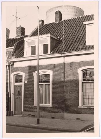 025106 - Pand Lange Nieuwstraat 141 in 1966. Op de achtergrond een koeltoren van de gasfabriek