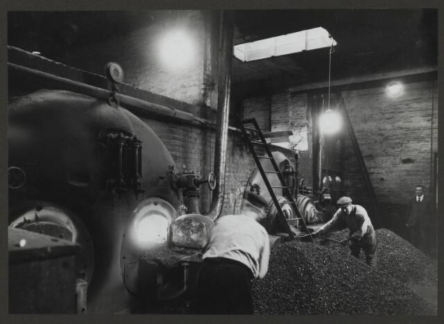 071839 - Ketelhuis 1 in de fabriek van stoomververij en chemische wasserij De Regenboog aan de Bredaseweg. De foto is afkomstig uit een album dat werd gemaakt ter gelegenheid van het 40-jarig jubileum van textielfabriek De Regenboog op 2 december 1930.