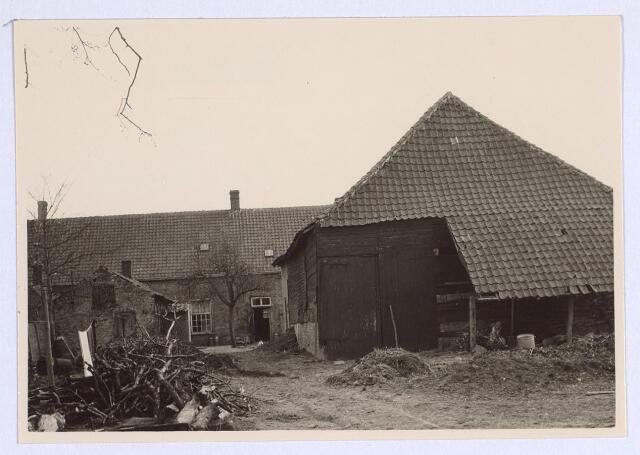 025658 - Erf met schuur van een boerderij aan de Heikant (thans Leharstraat) halverwege april 1963