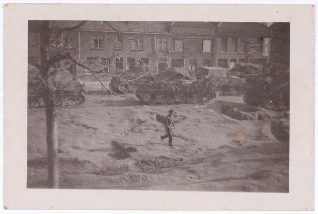 013344 - Tweede Wereldoorlog. Bevrijding. Geparkeerde tanks op het Lindeplein