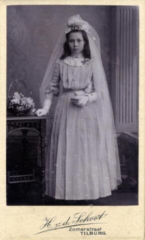 602409 - Maria Anna Josephina Geurts, gefotografeerd ter gelegenheid van haar Plechtige Communie op ongeveer twaalfjarige leeftijd. Maria werd geboren op 3 mei 1898 te Tilburg als dochter van Adrianus Michael Geurts en  Adriana Maria van Pelt. In 1924 huwde zij te Tilburg met de smid Joannes A.M. van Hazendonk. Maria overleed in haar geboortestad op 14 december 1984.