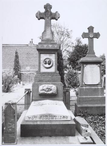 019088 - Graf van het echtpaar Alb. van Beurden (1855 - 1915) en Johanna v.d. Hoven (1853 - 1930) op het parochiekerkhof aan de Goirkestraat
