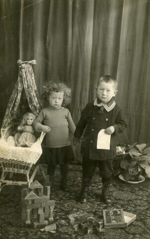 092989 - De kinderen van Cornelis Adrianus (Kees) van de Ven en Maria Catharina (Mieke) Vromans. Links met poppenwiegje Anna Catharina Maria (To) van de Ven geboren te Goirle op 5 september 1919 en aldaar overleden op 7 februari 1998 (zij trouwde Frans Spiljart). Rechts Petrus Adrianus (Piet) van de Ven, geboren te Goirle op 19 juli 1918 en overleden te Tilburg op 24 april 1995 (hij trouwde met Josephina Joanna Helena Verheijden)