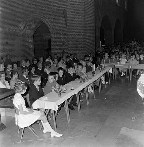 1237_012_983-5_003 - Religie. Kerk. Communicanten. De eerste Heilige Communie in de Maria Boodschap kerk in Goirle in mei 1971.