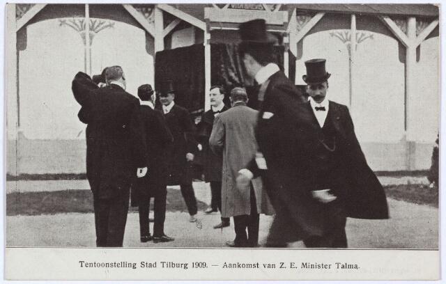 """003299 - De tentoonstelling Stad Tilburg werd op 15 juli 1909 geopend door de minister van Landbouw, Handel en Nijverheid, A.S. Talma. Talma was ook lid van het ere-comité en werd op het station in Tilburg afgehaald door het Tilburgse tweede kamer lid A.H.A. Arts. Na bij Arts de lunch te hebben gebruikt, vertrok Talma naar het tentoonstellingsterrein in een auto beschikbaar gesteld door het automobielbedrijf Spijker uit Amsterdam. Daar werd de toespraak van Talma """"ademloos"""" aangehoord door de talrijke genodigden."""