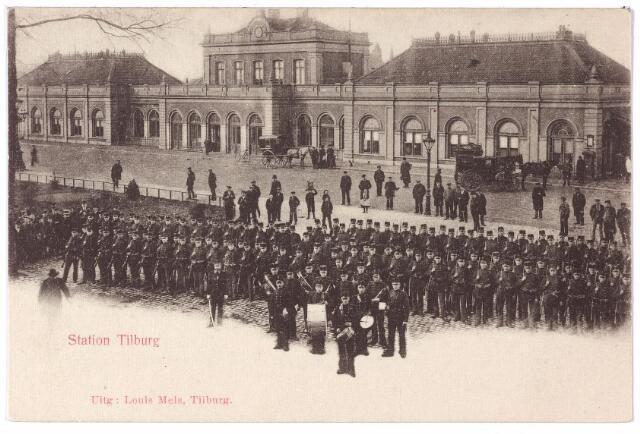 002227 - Militairen opgesteld voor het station van de staatsspoorwegen aan de Spoorlaan.