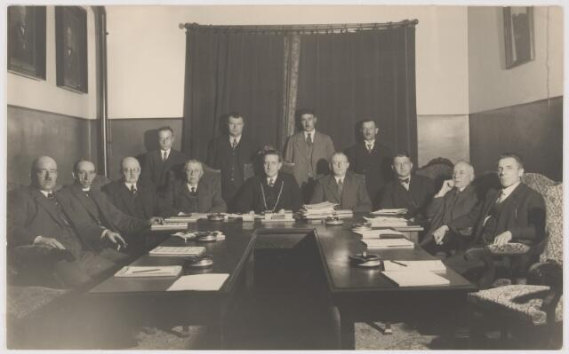 081135 - Gemeenteraad Gilze-Rijen in 1935. Zittend v.l.n.r.: A. Verster, J. de Vet, W. Mallens, weth. J. vd Wildenberg,  Dr. J. Sweens, burgemeester, secr. A. Hoevenaars, weth. L. Uijtendaal, P. Jacobs en C. vd Steen. Staand v.l.n.r.: C. Rops, A. Willemse, J. Beenackers en F. Grauwmans. De raadsleden L. Hendriks en C. Verheijden ontbreken.