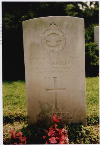 045753 - Tweede Wereldoorlog. Graf C.2.4 op de begraafplaats van de parochie St. Jan. Hier rust Albert J. Robson, Ldg. mr. craftman, 22 jaar oud, gesneuveld op 4 januari 1945, R.A.F., 2829 Squadron Regiment, boordwerktuigkundige.