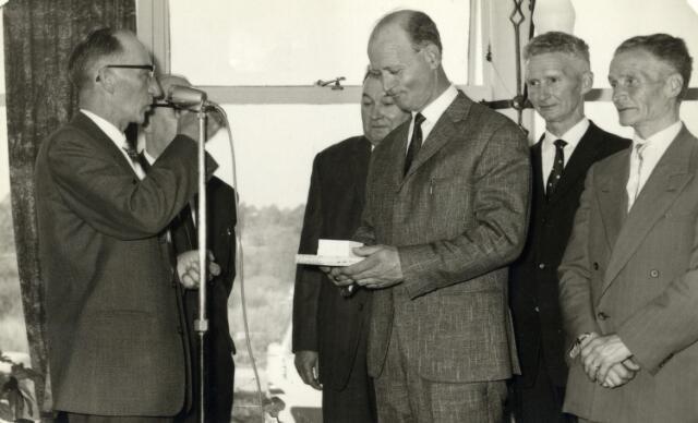 093068 - Huldiging van de jubilarissen t.g.v. het 25-jarig bestaan van de afdeling Tilburg van de R.K. Bond van Melkhandelaren St. Martinus. Links voorzitter Jo Hoofs, vervolgens bestuurslid Toon Baak. Achter hem de gebroeders Van Gorp.