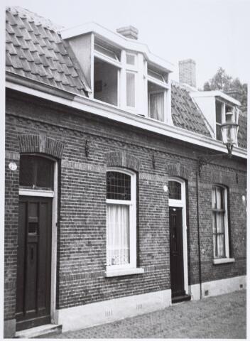 014910 - Panden Voorstraat 12 (links) en 14 (rechts). De panden werden gesloopt voor de aanleg van een city-ring rond de binnenstad.