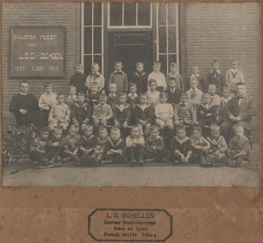 652878 - Klassenfoto Leo-school. De jongensschool werd in 1894 opgericht en in 1919 werd het vijfentwintigjarig bestaan gevierd. L.C. schellen (zie het stempel onderaan) zit geheel rechts op de foto.