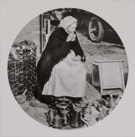 040652 - Markt moedertje. (uit ons Zuiden p.485 dd 19-25 oktober 1930)