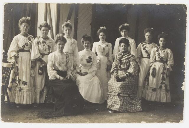 068197 - Foto genomen bij de KERMESSE d'ÉTÉ, of Zomerkermis, bij de Sociëteit PHILHARMONIE, van 25-29 juni 1904. Zie ook fotonr. 068194 Zittend, v.l.n.r.:  Bernadina Swagemakers-Mutsaerts, Fien van Waesberghe-Mutsaerts en rechts Johanna Mutsaerts-Swagemakers. Staand, achter, v.l.n.r. Verschuuren-van de Brekel, Verschuuren, dochter van Jules, Constance van Waesberghe-Mutsaerts, Lisette Majoie-Swagemakers, Maria Swagemakers, Mej. Swagemakers, dcohter van Jules,  en Mej. Merx.