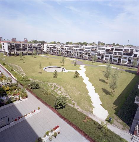 D-00443 - Appartementencomplex aan de Schoolstraat. foto genomen vanuit de flat aan de Noordhoekring. (Remmers Bouwbedrijf)