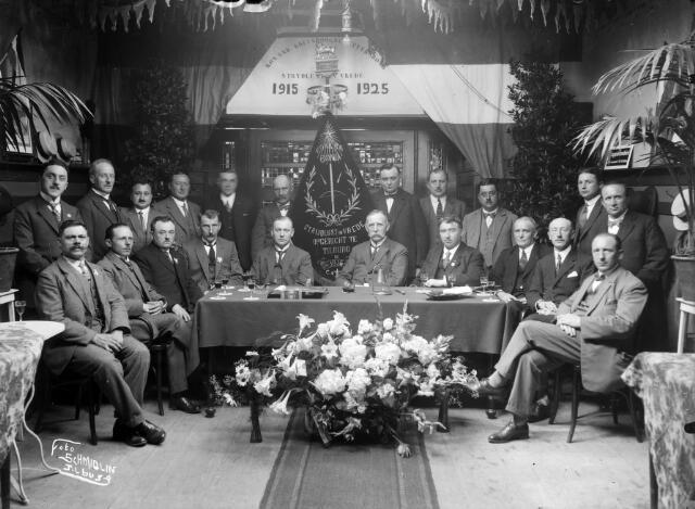 650488 - Schmidlin. De kruisboogschuttersbond Strijdlust en Vrede, gefotografeerd ter gelegenheid van het tienjarig bestaan in 1925. Onder de leden onder andere raadslid en heemkundige Lambert de Wijs, staande derde van links.