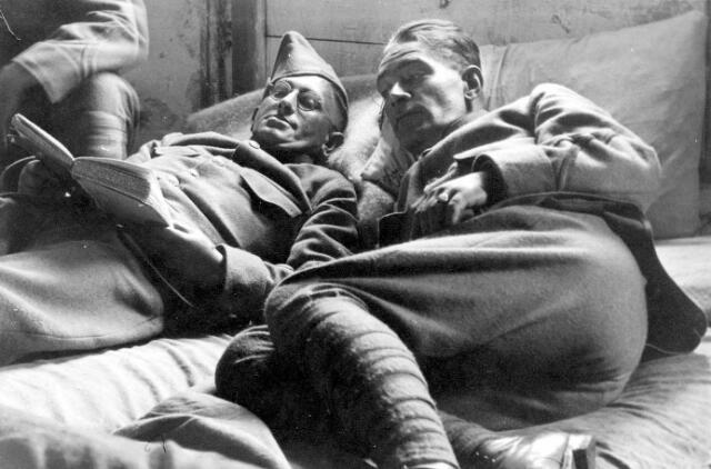 064762 - Tweede Wereldoorlog. Mobilisatie 1939. Adrianus C. Teuns (links) en zijn dienstmaat Piet van Berkel (rechts)  Beiden kwamen uit Tilburg. Teuns was boekhouder bij de Volt en een verdienstelijk amateurfotograaf. Hij woonde in Tilburg aan de Heile Schoorstraat 46.