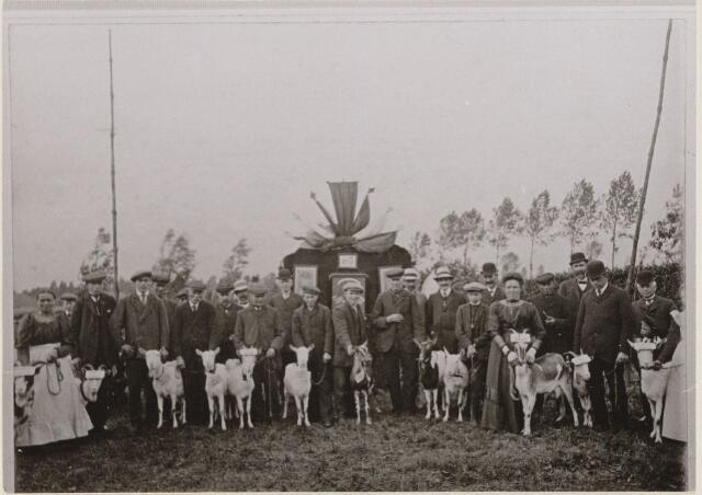 100192 - Landbouw. Groepsfoto van de geitenhouders tijdens de Land- en tuinbouwtentoonstelling