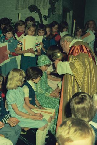 1237_012_978_012 - Religie. Kerk. Katholiek. Communicanten. De eerste Heilige Communie in de Sint Lidwina parochie in mei 1976.