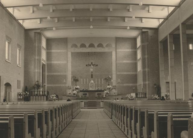 653337 - Parochie Gasthuisring. Het interieur van de pas geconsacreerde kerk O.L. Vrouw van Altijddurende Bijstand