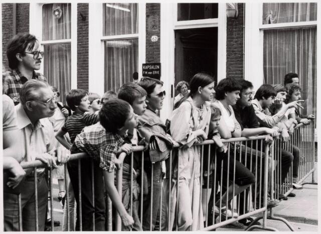 035326 - Ten gevolge van een sleuf graven ten  behoeve van de kabeltelevisie verzakte de gevels van het pand Willem IIstraat 66; het pand werd daarna onmiddellijk gesloopt om de vele kijkers op een afstand te houden  werd ter hoogte van het pand Willem II-straat 62 een dranghek geplaatst