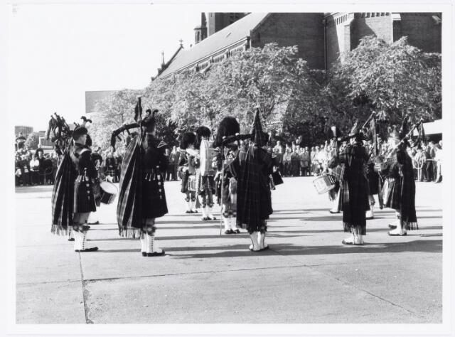 043338 - Op het Paleisplein vonden op 27 oktober 1984 festiviteiten plaats rond de viering 'Tilburg 40 jaar bevrijd'. Hier een optreden van het Schotse pipercorps The Gordon Highlanders.