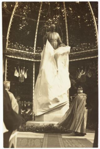 008955 - De onthulling van het standbeeld van Petrus Donders aan het Wilhelminapark door mgr. Diepen, bisschop van 's-Hertogenbosch.