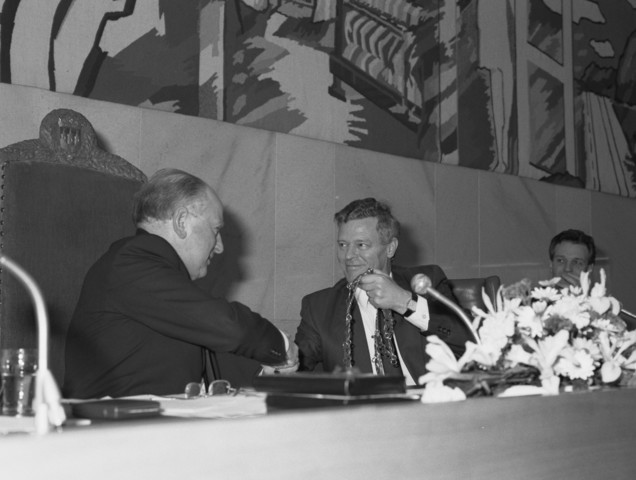 TLB023002735_002 - Burgemeester Henk Letschert draagt zijn ambtsketting over in de raadzaal van Tilburg bij zijn afscheid in 1988.