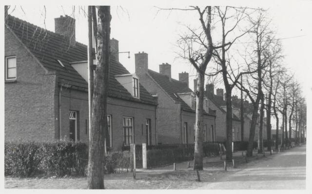 90511 - Made en Drimmelen. De Wilhelminastraat in Made loopt van de Kerkstraat naar de Rozenbloemstraat. De foto is genomen in de richting van de Rozenbloemstraat. Deze woningen zijn gebouwd onder de wet Woningwetbouw.