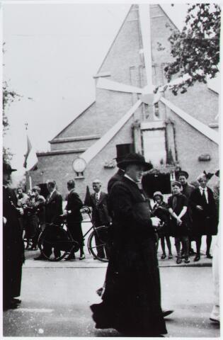057184 - Oisterwijk. Processie te Oisterwijk. Foto genomen voor de Johanneskerk op de Lind. Op de voorgrond pastoor Van der Weerden.