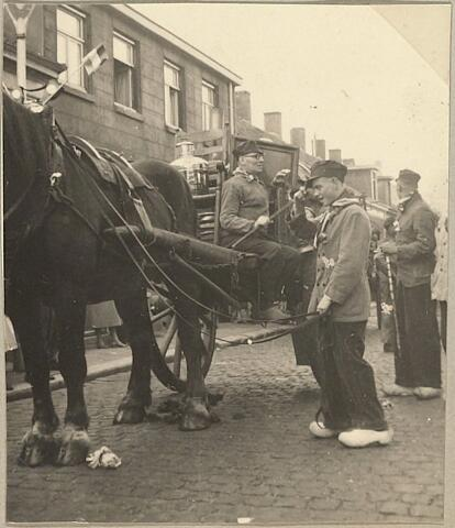 604064 - Folkloristische optocht ter ere van de bevrijding van Tilburg (27 oktober 1944);  Bewoners van de Koningswei  verbeeldden een 'Boeren overtrek'. Een folkloristisch gebruik waarbij de bezittingen van een boerengezin door de nieuwe buren op een boerenkar werden verhuisd en werden afgeleverd op het nieuwe adres. Daarna werd er gefeest waarbij 'stevig drinken' het belangrijkste onderdeel vormde.