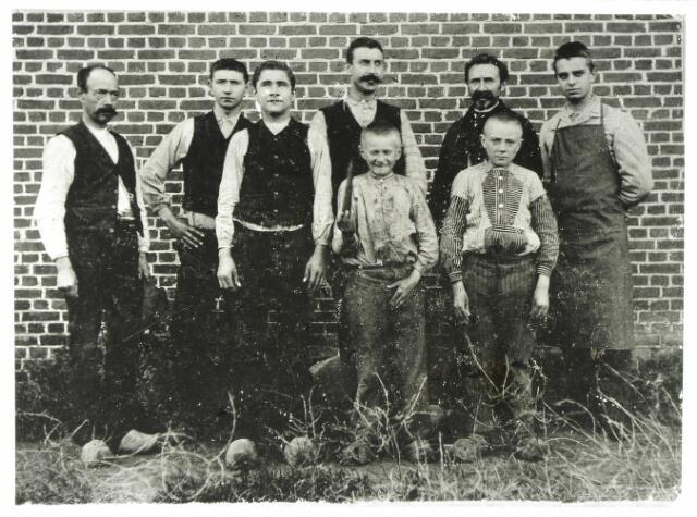 054686 - Groep sigarenmakers, die werkzaam waren bij Peerke van Raak aan de Voortsepad.De volwasennen van links naar rechts A. Plasmans, Piet van Raak, N.N., Van Berkel, G. van Oirschot (was geen sigarenmaker maar slachter) en N.N. De jongens op de voorgrond zijn Piet de Kort en Kees de Kort.