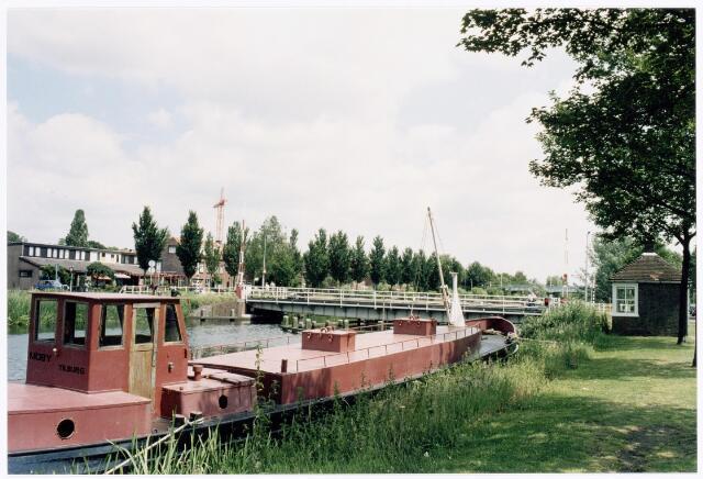 039946 - Aftakking van het Wilhelminakanaal naar de Piushaven. In de verte de draaibrug op de route Prinsenhoeven/Hoevenseweg.