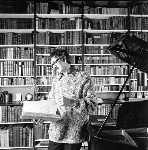 D-002436-1 - Portret. Fons van der Linden (1923-1998) was een Nederlands grafisch ontwerper en auteur van boeken op grafisch gebied.  Van der Linden werd opgeleid aan de Stadsakademie en Drukkerij Boosten & Stols, beide te Maastricht. Hij was werkzaam bij de Staatsdrukkerij in Den Haag. Vanaf 1959 was hij zelfstandig grafisch ontwerper. Van 1962 tot 1986 was hij docent letterschrift, grafische technieken en typografie aan de Opleiding Tekenleraren te Tilburg en de Akademie Industriële Vormgeving in Eindhoven.