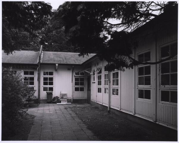 022988 - Elisabethziekenhuis. Gezondheidszorg. Achterzijde van een van de zg. Zweedse barakken. Deze houten barakken werden in 1947 in gebruik genomen vanwege plaatsgebrek. Een was voor de huisvesting van de lekenzusters, de drie anderen als paviljoen Jozef, Maria en Peerke Donders voor de zieken.