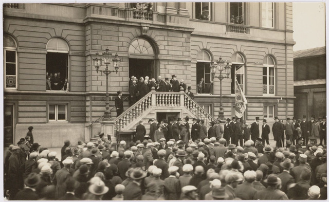 103412 - 12 1/2-jarig ambtsjubileum van burgemeester mr. dr. F.L.G.Z.M. Vonk de Both. na afloop van het defilé.