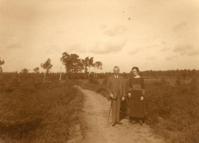 600711 - Rechts: Mary Kolfschoten-Verheyen  Kasteel Loon op Zand. Families Verheyen, Kolfschoten en Van Stratum
