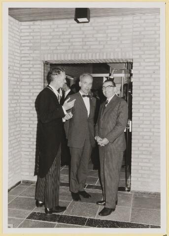 072977 - Opening gemeentehuis door de Commissaris van de Koningin Kortmann. Bijzondere raadsvergadering., na afloop. Informele contacten.