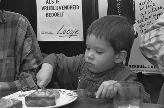 TLB023000114_004 - Kind eet taart tijdens Bevrijdingsfeesten