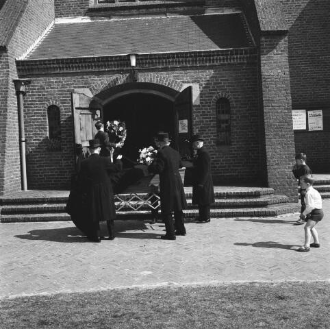 072518 - Begrafenis bij de parochiekerk Maria Boodschap.