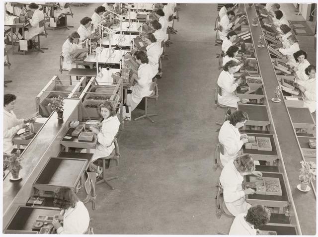 039042 - Volt. Zuid. Productie, fabricage van spoelen of correctiemiddelen in de O hallen. In 1953 verhuisde de afdeling hier naartoe vanuit gebouw C.