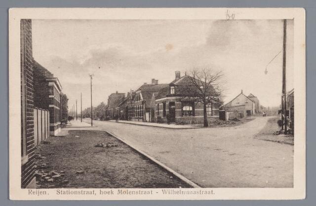 """058023 - Rijen, Stationstraat, hoek-Molenstraat-Wilhelminastraat omstreeks 1927. Op het kruispunt de Wilhelminaboom, geplant in 1898 bij de troonsbestijging van koningin Wilhelmina. Achter de boom de in 1906 gebouwde slagerij van J. van Lil. Geheel rechts in de Wilhelminastraat de Coöp. Stoomzuivelfabriek """"De Hoop"""" opgericht in 1898. Links de Molenstraat."""