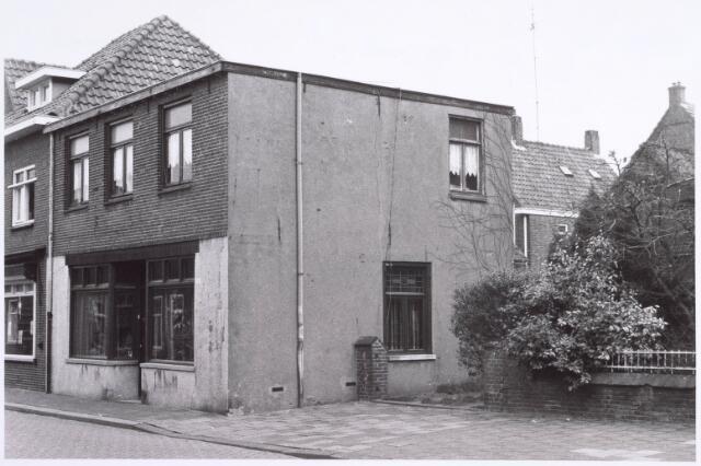022264 - Voormalig winkelpand aan de Hoefstraat, gelegen naast de parochiekerk van het Groeseind,  in 1977. In de winkel ernaast zat slager Broers