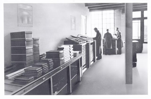 039719 - Drukkerij H.J.J. Versteden Lange Schijfstraat 65 in de jaren dertig. De letterzetterij.