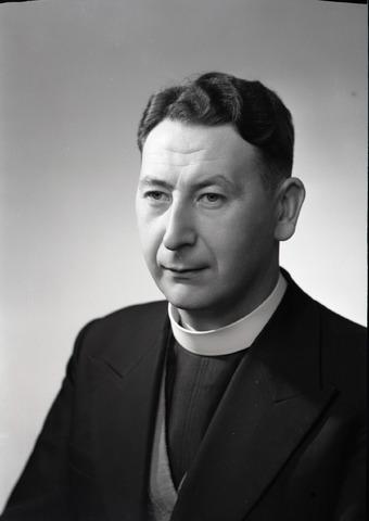 654864 - Religie. Portret van een priester.