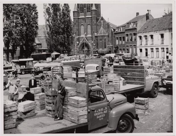 040755 - Groentengrossiersmarkt op het openterrein dat overbleef na de sloping van de oude boterhal en de Philharmonie.
