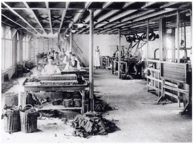 038431 - Nijverheid. Schoen- en leerindustrie. Interieur van N.V. J. van Arendonk's schoen- en lederfabrieken afdeling B snijderij