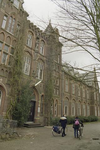"""TLB023000027_003 - Hoofgdingang van voormalig Retraitehuis """"Onze Lieve Vrouw van het Cenakel"""". In 1971 verhuisde het Brabants Conservatorium en Muziekschool naar het Cenakel. Foto genomen in kader """"Kunstonderwijs"""""""