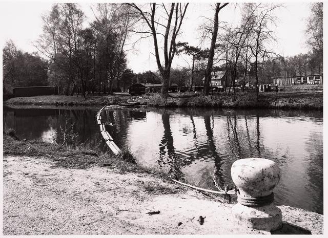 034778 - Ter voorkoming van verontreiniging wordt de toegang tot de sluis in het Wilhelminakanaal beschermd door een constructie die het afval moet opvangen